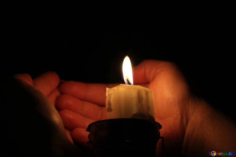 Warm the hands off the candles №18083