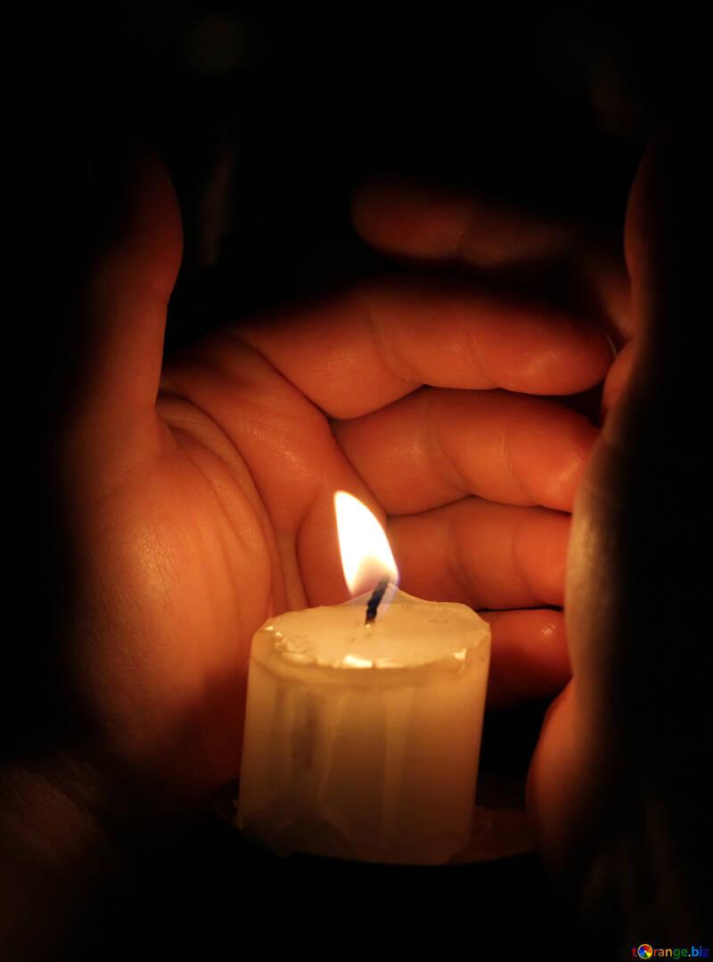 Hand über eine Kerze №18112
