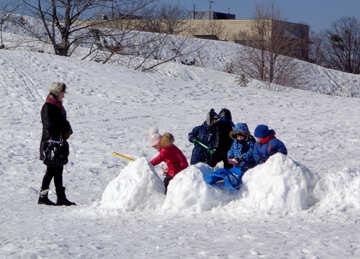 Spielen im Schnee №19474