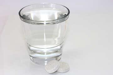Ein Glas Wasser und Pillen №19762