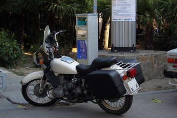 Motocicleta  porción cerca estacionamiento máquinas №2242