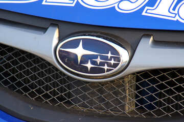Company logo on the hood Subaru  №2668
