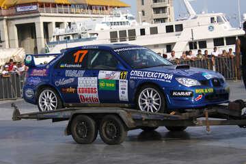 Rallye-Fahrzeug auf einem Anhänger  №2654