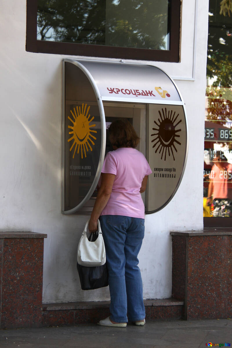 Entgegennahme von Geld an einem Geldautomaten №2210