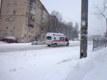 Krankenwagen fahren auf verschneite Straße №21550