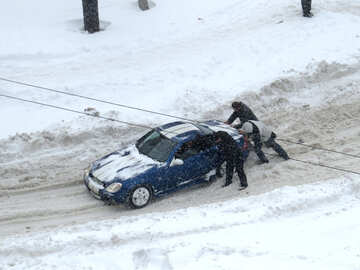 Men pushing car in snow №21613