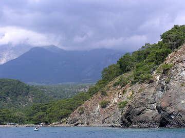 Le montagne scendono verso il mare №21938