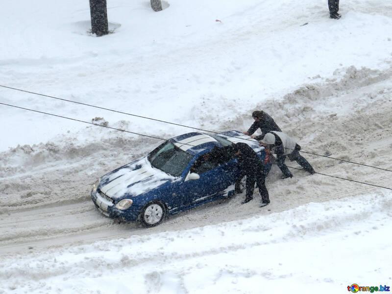 Men pushing car in snow №21613