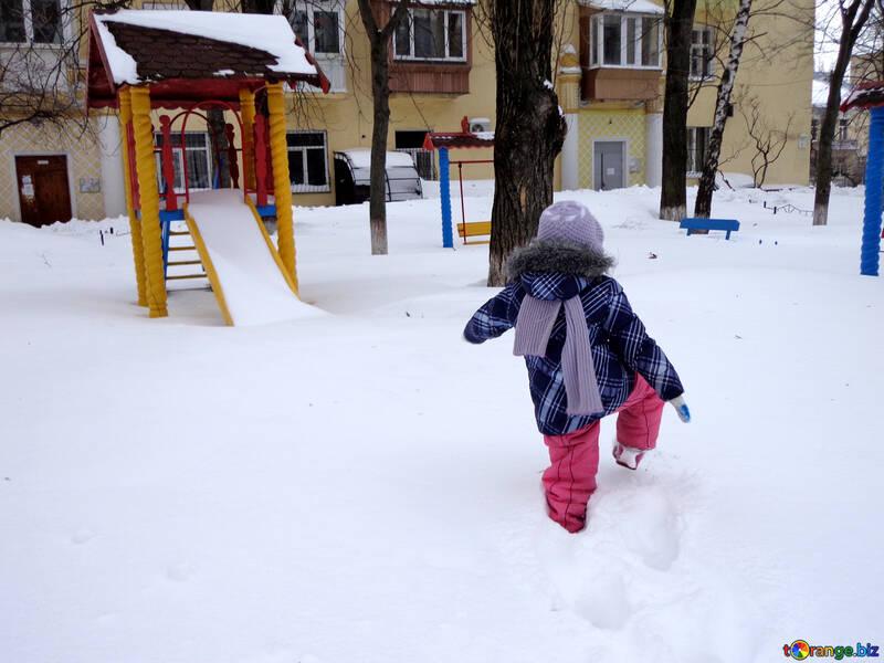 A child walks in winter №21531