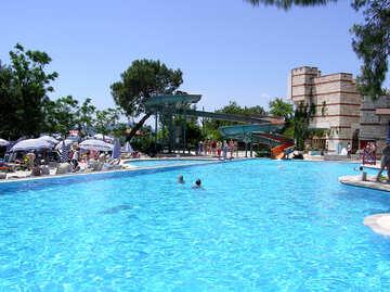 Schwimmbad mit Rutschbahnen №22036