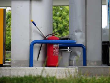 Feuerlöscher an der Tankstelle №22156
