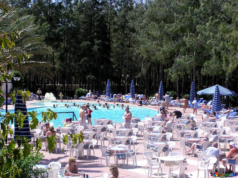 Viele Menschen rund um den pool №22054