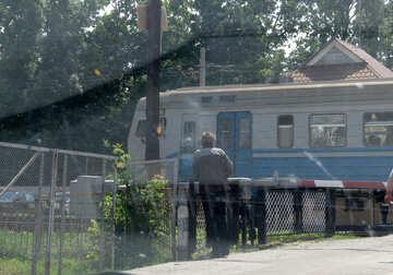 Den Zug am Bahnübergang №23017