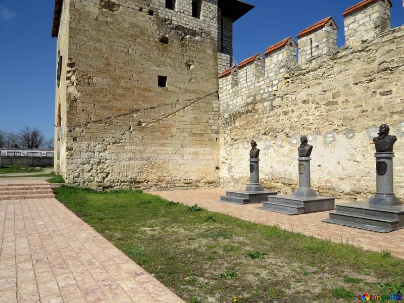Monumentos los héroes en las paredes de la fortaleza №23595