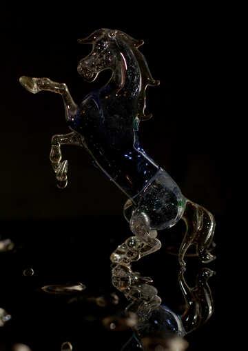 Лошадь из стекла на черном фоне  №24529