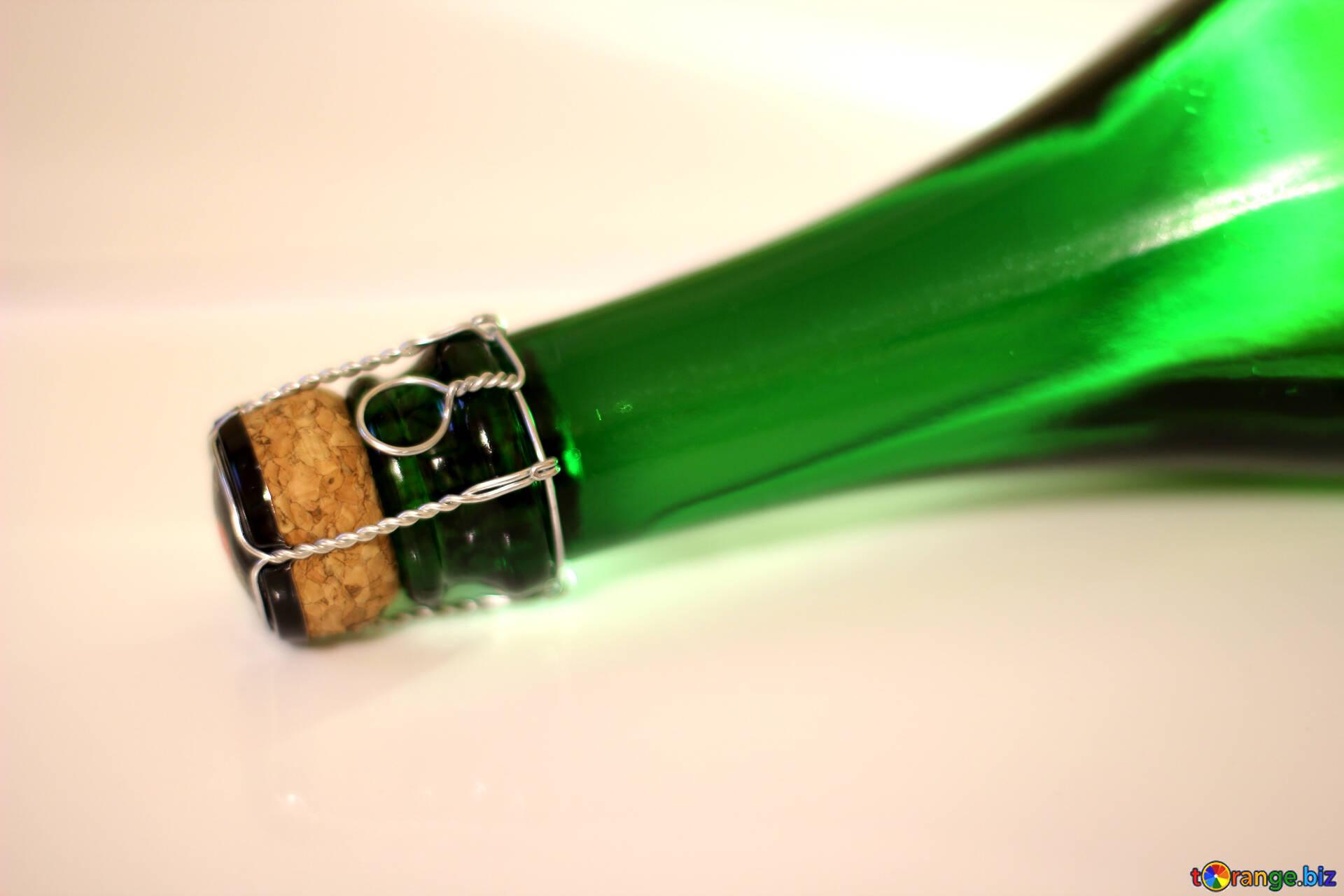 Суёт бутылку от шампанского, Села на бутылку -видео. Смотреть Села на бутылку 26 фотография