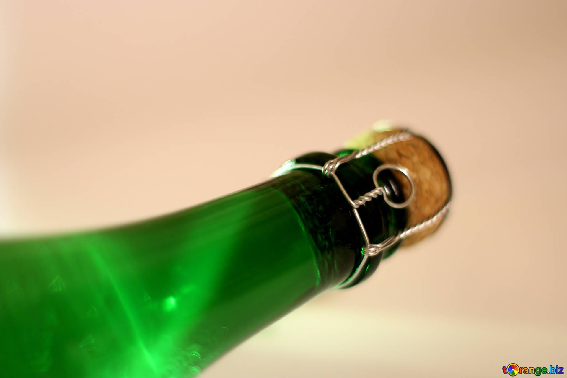 Суёт бутылку от шампанского, Села на бутылку -видео. Смотреть Села на бутылку 27 фотография