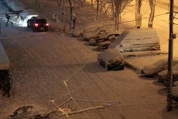, auto sotto la neve di notte  №3462