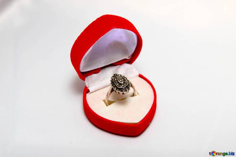 Ring in Geschenk Kasten. №3561