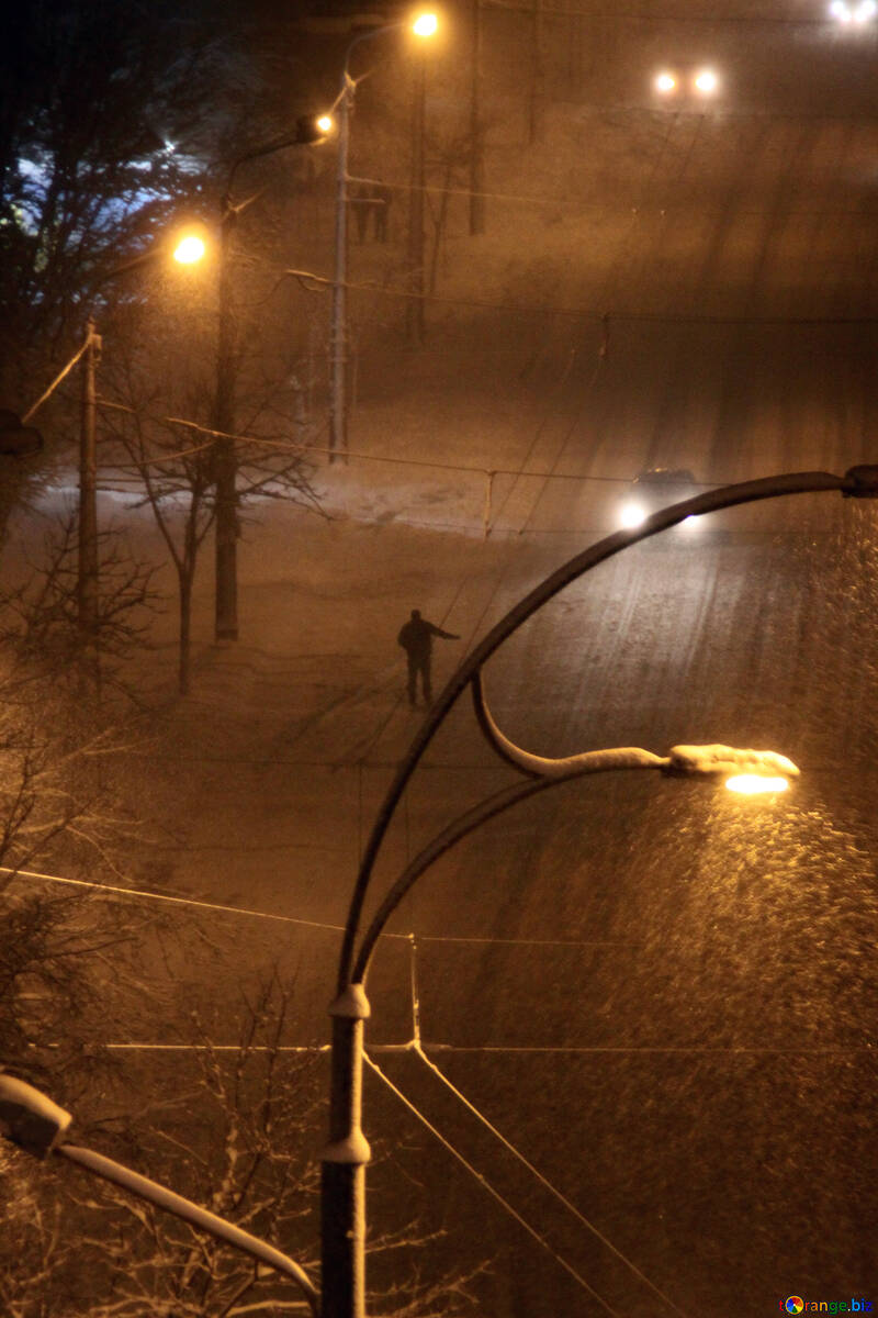 Man  catches  taxi.  Night.  Snow. №3487