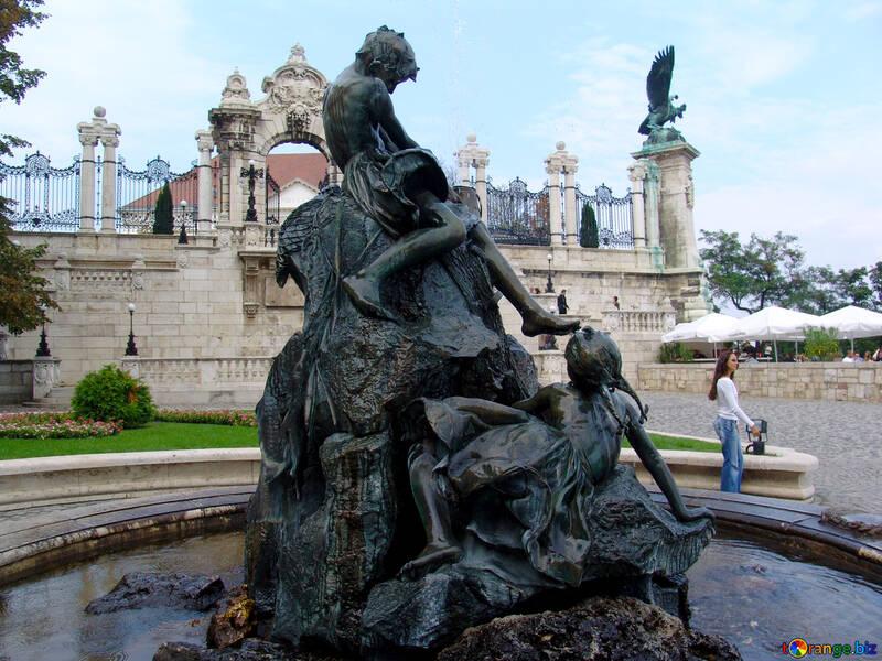 Niños en la escultura de la fuente №31954
