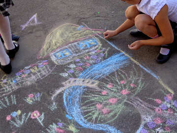 Children drawing with chalk №32574