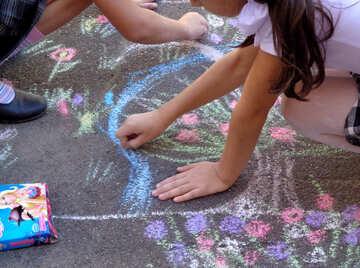 Children draw picture of chalk on asphalt №32597