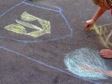 Child draws by chalk on asphalt №32578