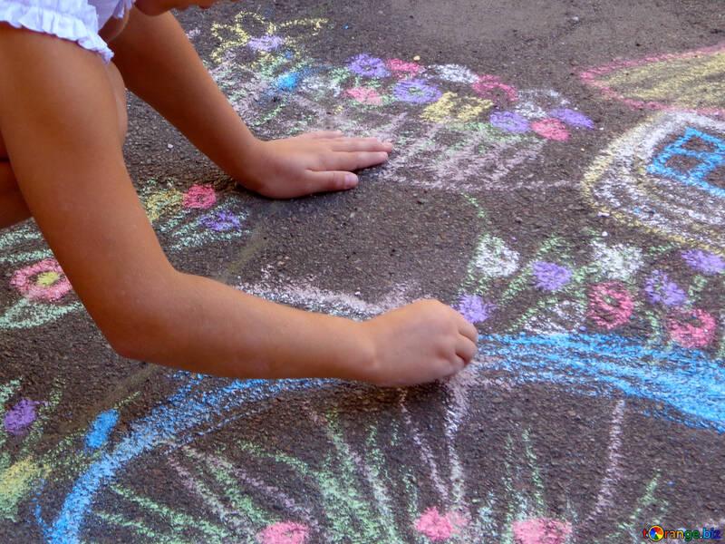 Kinder zeichnen Kreide auf asphalt №32596