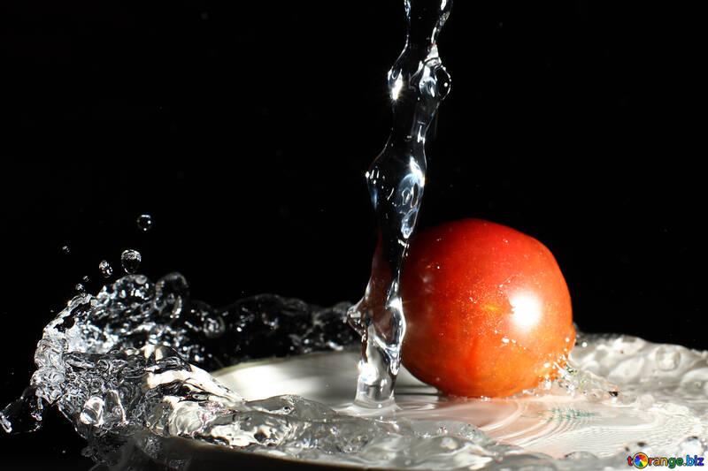 Tomatoes under running water №32889
