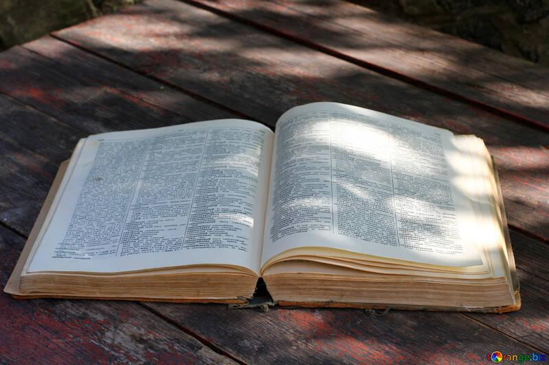 Altes Buch auf einem alten desktop №33981