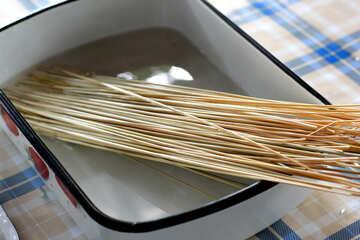 Soak the straw in boiling water №34809
