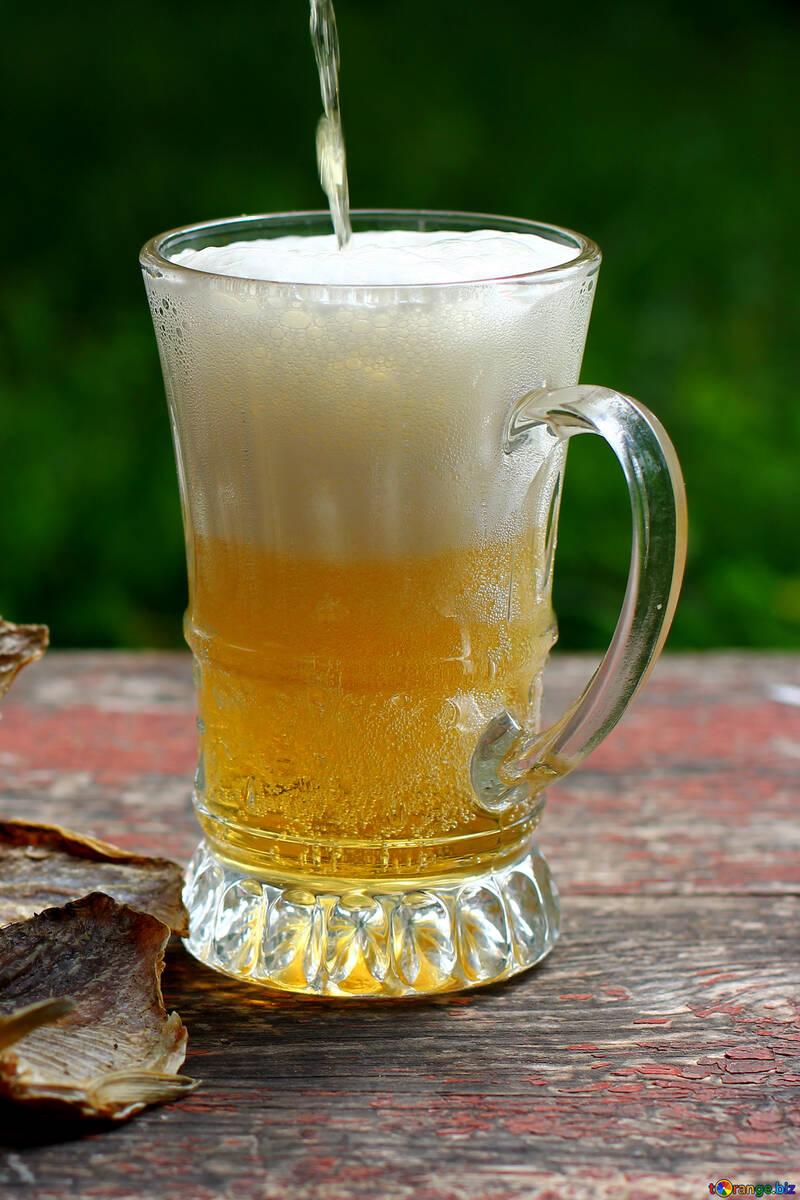 Bier wird mit Glas gefüllt. №34506