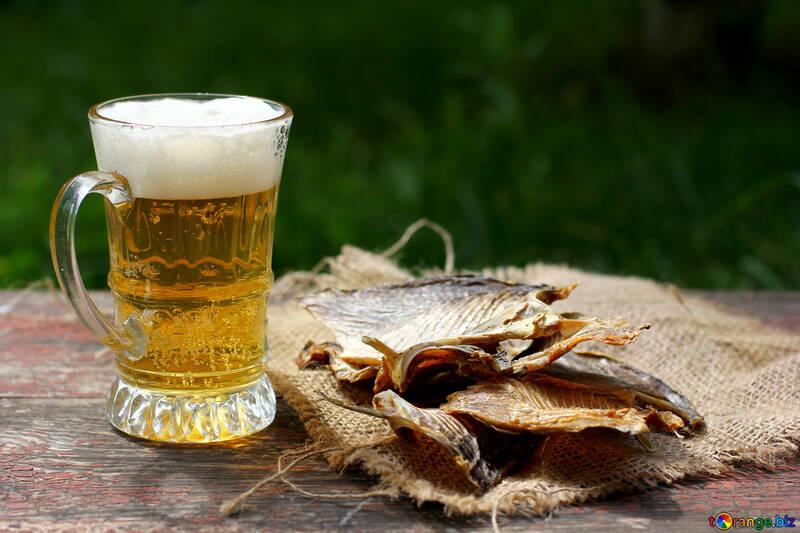 Becher mit Bier und taranka №34495