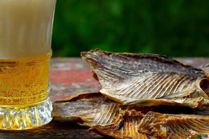 Becher mit Bier und Fisch №34514