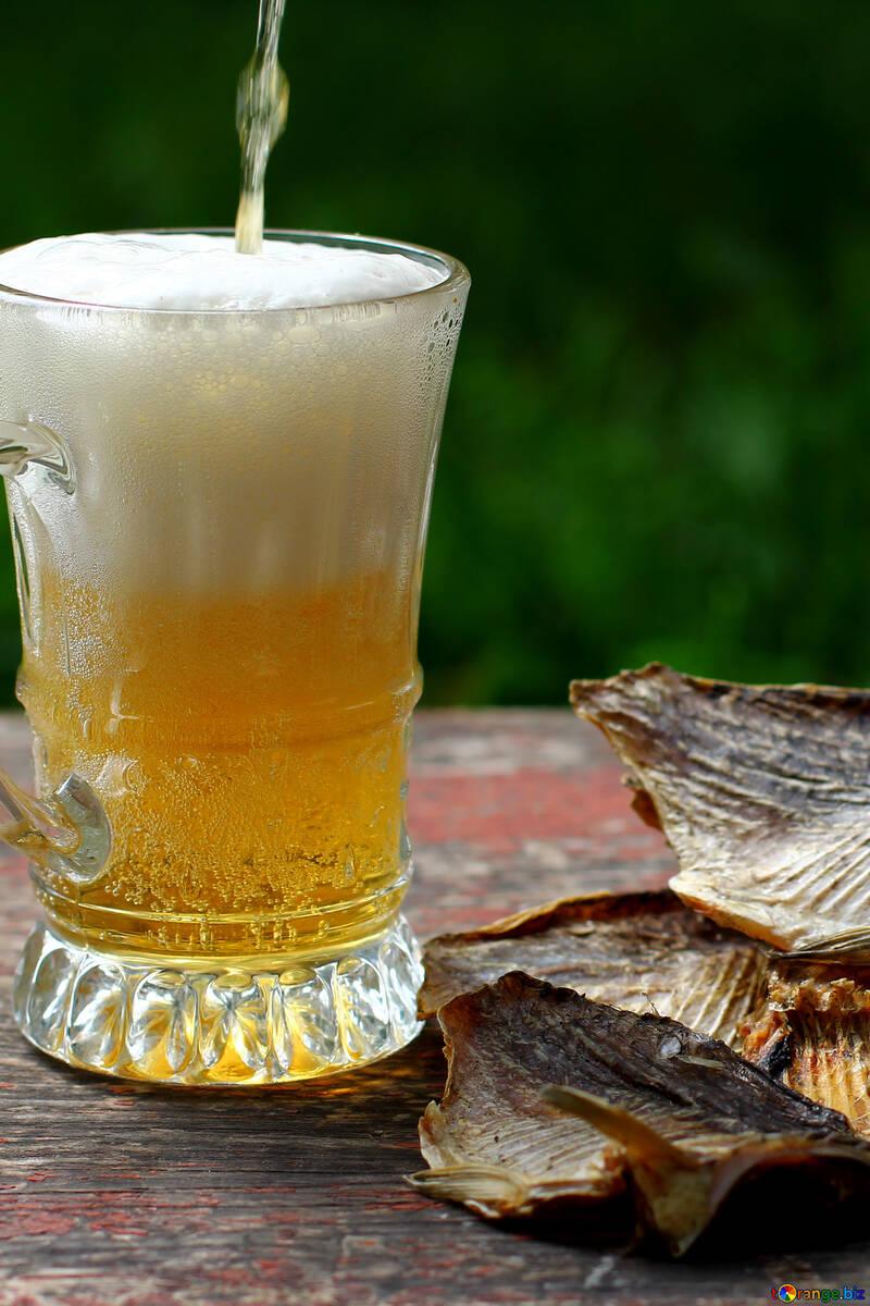 Der Becher wird mit Bier und Fisch gefüllt. №34505