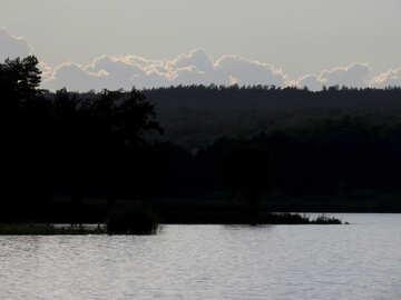 Вечернее небо над озером  №36439
