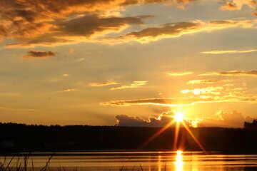 Cielo de la noche sobre el lago №36481