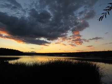 Заход солнца на озере  №36374