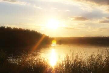 Cielo al atardecer cerca del agua №36494