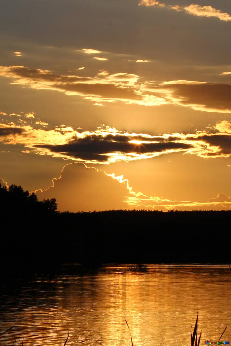 Cielo del atardecer sobre el agua №36490