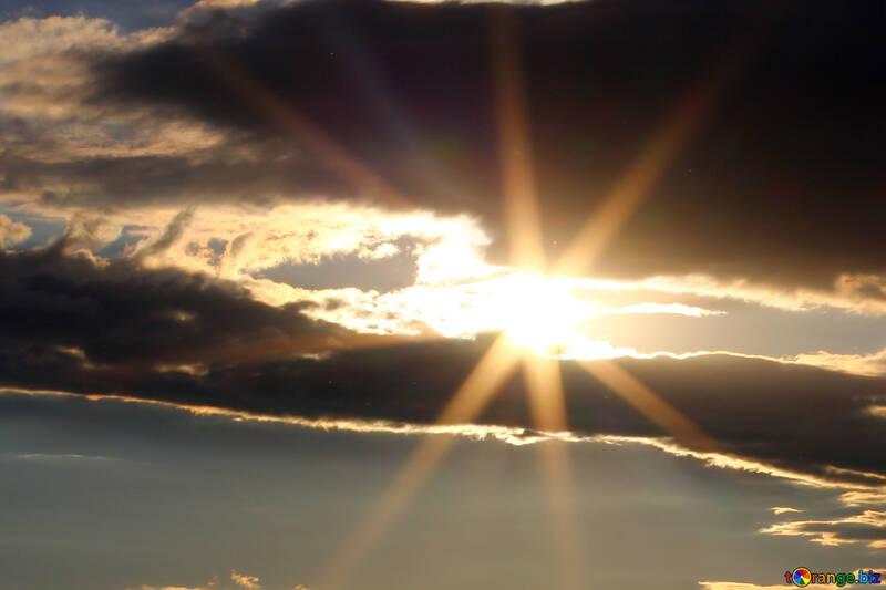 Le soleil entre les nuages №36512