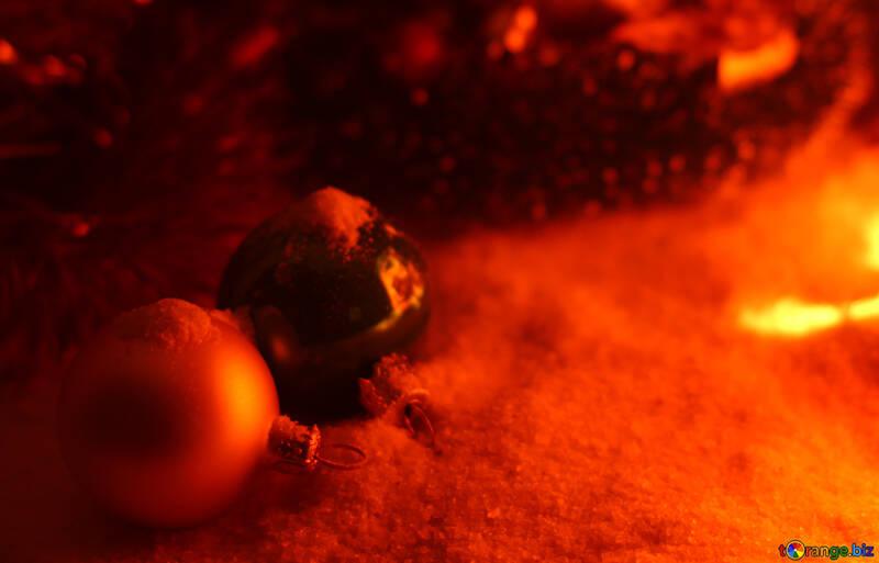 Новогодние шарики на снегу №37935