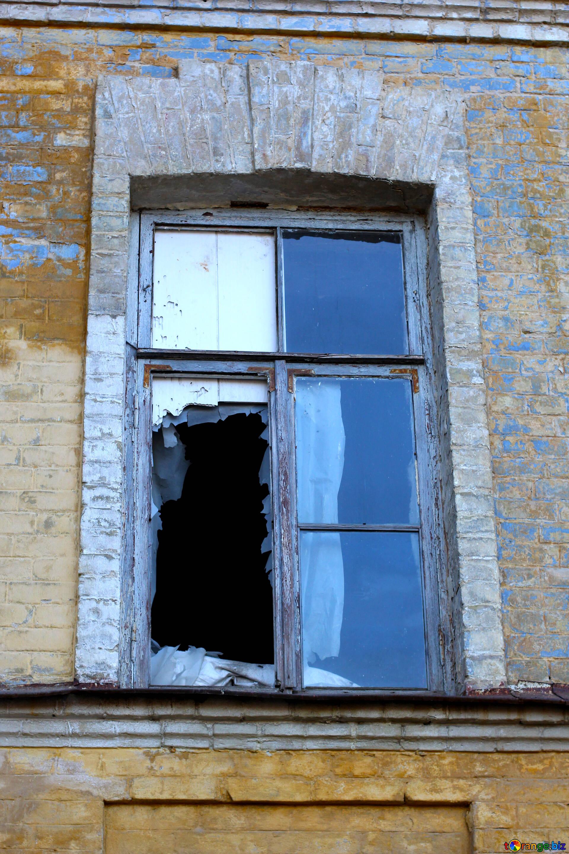 Ventana rota una ventana antigua con vidrios rotos vidrio № 38590