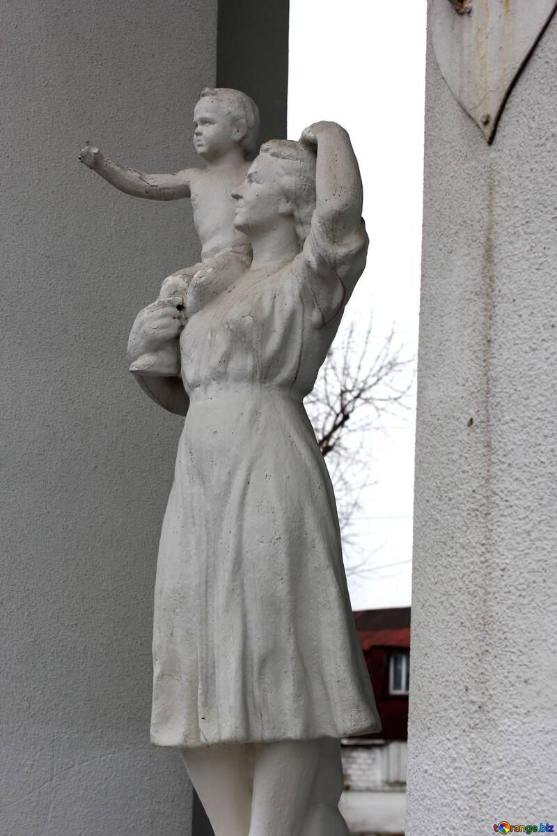 Скульптура женщина с ребенком №39077