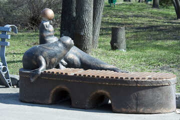 A bench in the park with sculpture №4528