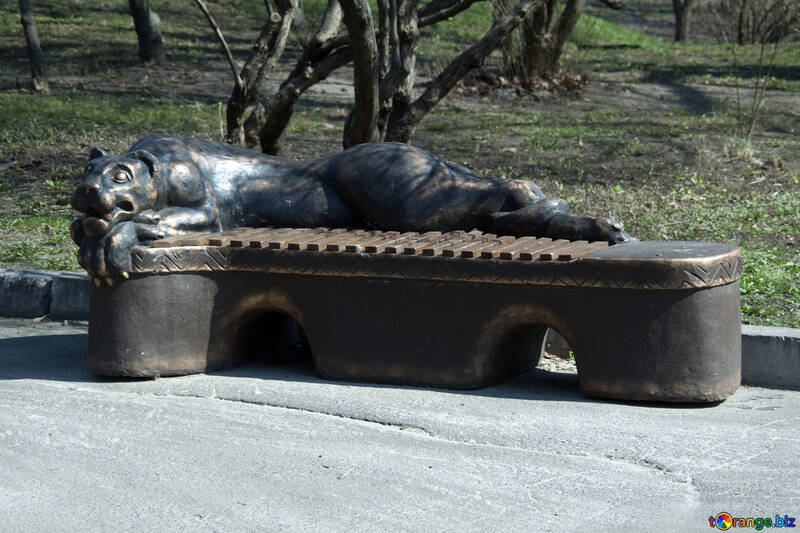 A bench with decorative lioness №4527