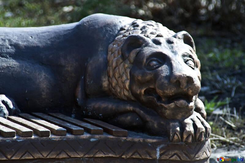 La figura de un león en el banco №4526