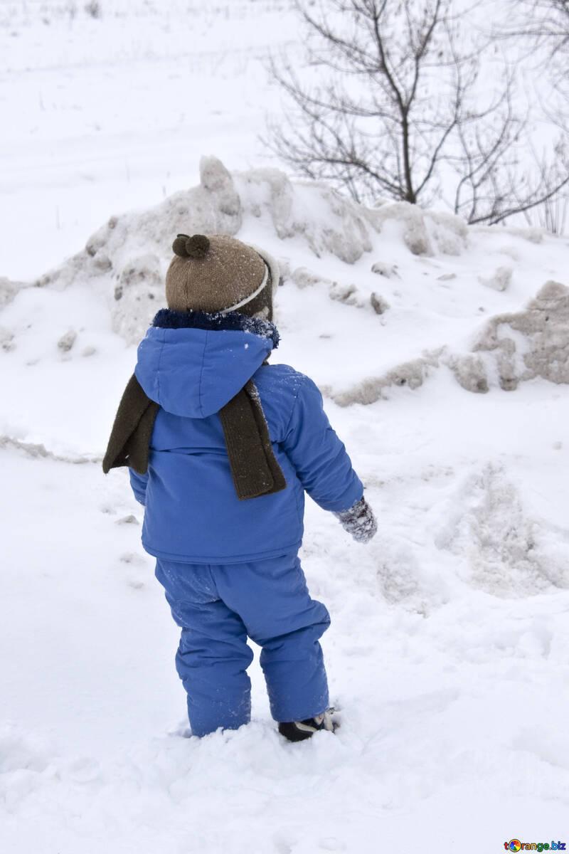 Child  walks  by  snow. №4446