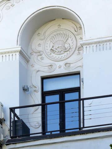 El bajorrelieve en la fachada del edificio №41200